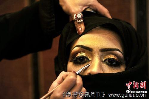 化妆品展上美丽的沙特女人