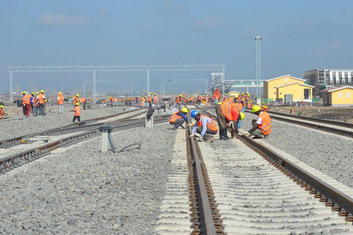 从为中国铁路提速到助力畅通东非交通大动脉——记蒙内铁路项目首批内燃机车抵达肯尼亚