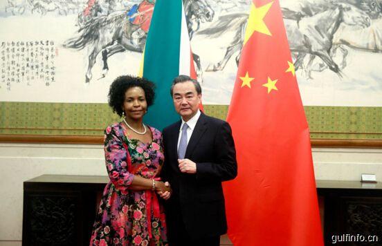王毅会见南非国际关系与合作部长马沙巴内