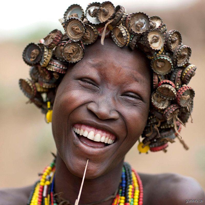 有趣!埃塞俄比亚一部落将瓶盖旧手表等废弃物变成时尚配饰