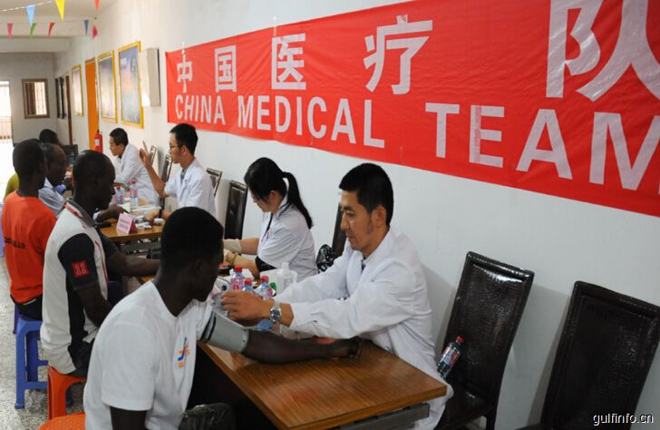 中国医疗队走进加纳中企开展义诊活动