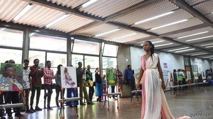 中肯文化交流密切,看非洲模特儿身着中国丝绸长裙在画展走秀