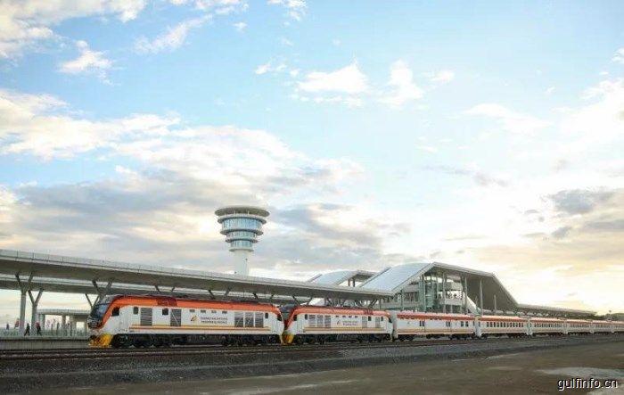"""蒙内铁路开通一周年:""""世纪铁路"""",对未来繁荣的承诺"""