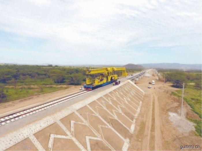"""""""一带一路""""深入非洲大陆腹地标杆工程 中企承建的肯尼亚内马铁路开始铺轨"""