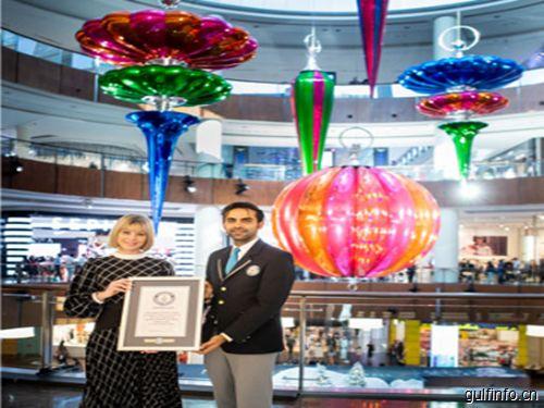 世界上最大的圣诞装饰品现身迪拜购物中心