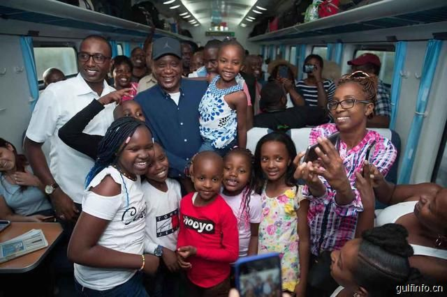 """肯尼亚总统体验""""肯尼亚春运"""" 点赞蒙内铁路优质服务"""
