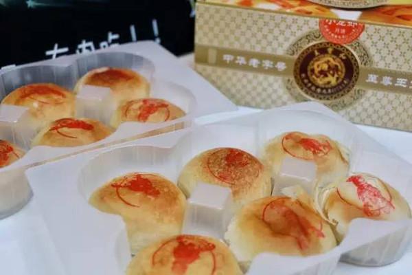 上海现小龙虾月饼 大厨每天至少剥4800只虾